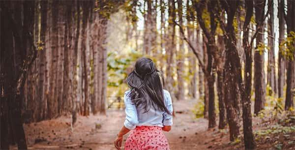 Menina correndo em trilha