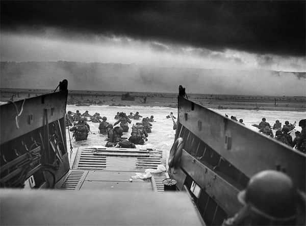 soldados chegando via oceano