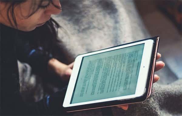 Adolescente estudando online
