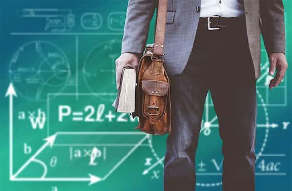 Professor com livro na mão