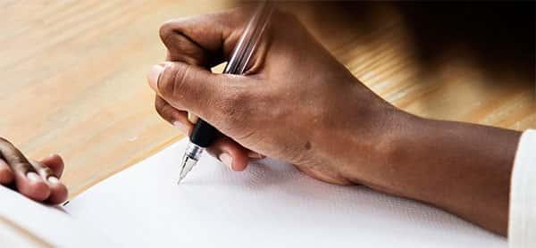 Pessoa começando a escrever