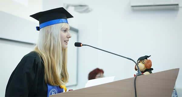 Estudante discursando em dia de graduação