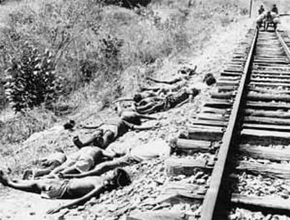 Vítimas da terrível seca de 1915 ao lado da estrada de ferro