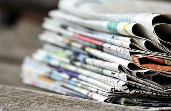 Pilha de Jornais de Papel