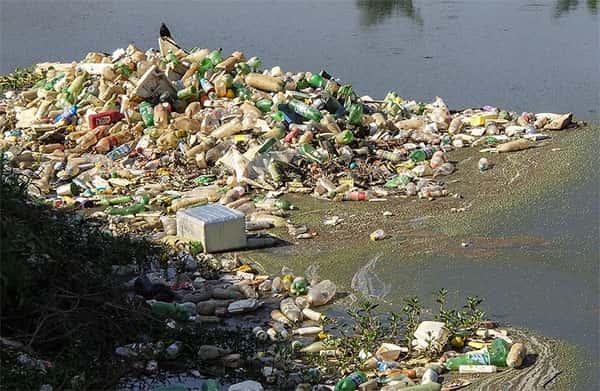Poluição em Rio, garrafas pets e muito lixo