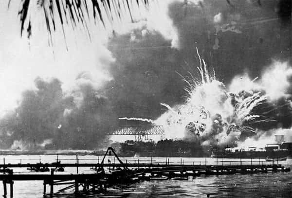 Navio USS Shaw explodido, 1941