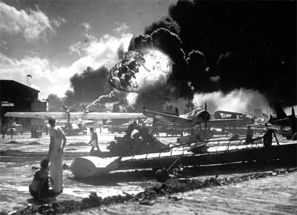 Marinheiros entre os aviões destruídos na Estação Naval/Aérea Ford Island