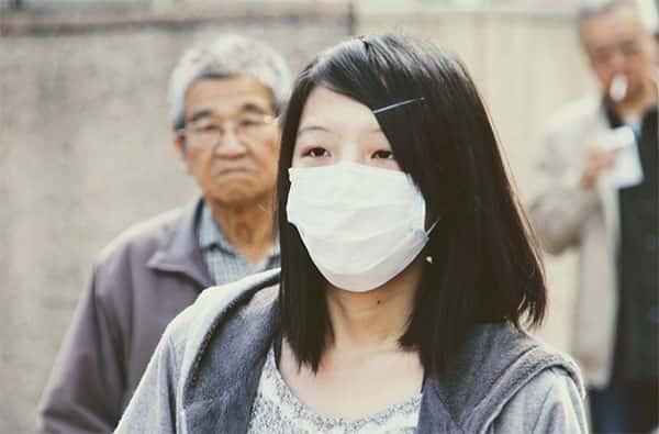 Mulher com mascara, evitar contágio de gripe