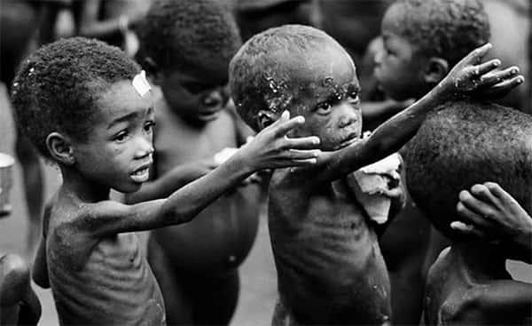 Crianças pedindo alimento na Africa