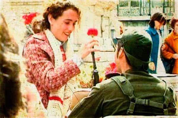 Revolução dos Cravos - Mulher colocando rosa