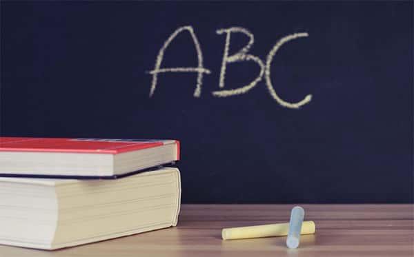 ABC, escrito na lousa com giz